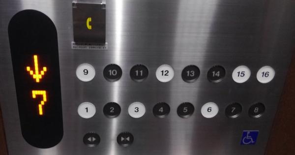 黒の階にも止まるエレベーター