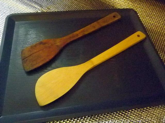 竹ベラを削る