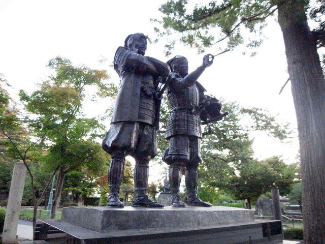 米沢城 主従の像
