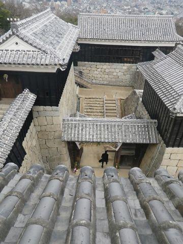 伊予松山城 一ノ門(中央)とニノ門(左上)
