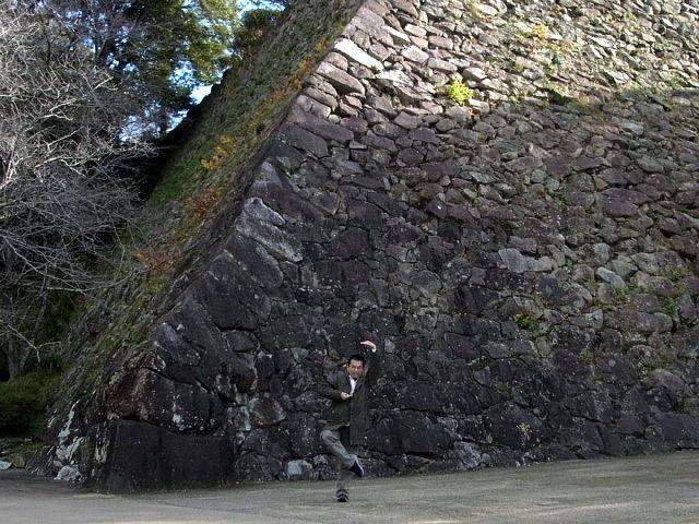 延岡城 千人殺しの石垣の前でシェー