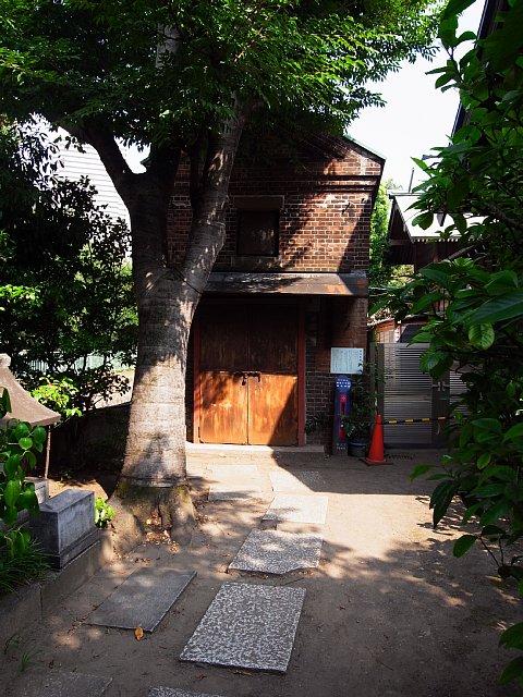 佃島住吉神社のレンガ造り神輿庫