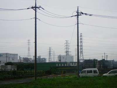 電柱と送電鉄塔と斜張橋