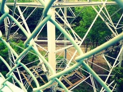 金網と鉄塔と鉄道