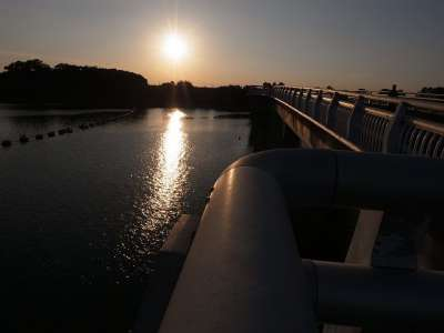 彩湖と夕日