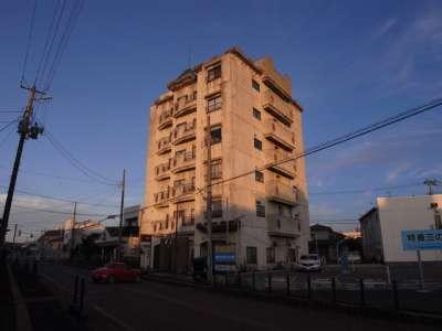 良い建物と夕焼け (新潟県村上市)