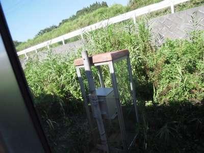 なぜ線路わきに電話ボックスが (福島県会津若松)