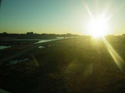 東海道線の車窓より朝日を見る