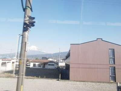 東海道線の車窓より富士山を見る