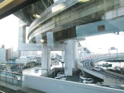 大坂ニュートラムの車窓より橋脚を見る