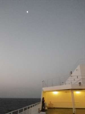 甲板から見る明け方の月