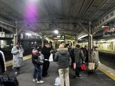 大垣駅ホームでムーンライトながらを待つ人々