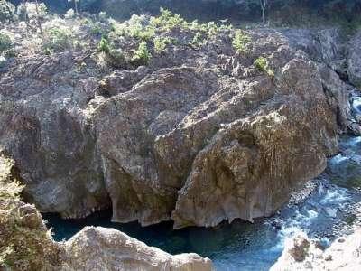 一ツ瀬川の巨石