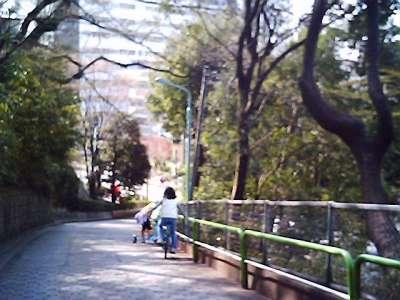 急勾配の坂で一輪車に乗って遊ぶ子供