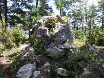 向羽黒山城 一曲輪の奇岩
