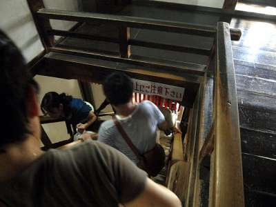 犬山城 天守最上階の階段 2017 年 8 月