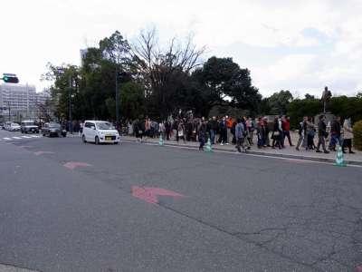 護国神社へ初詣に向かう人々の列
