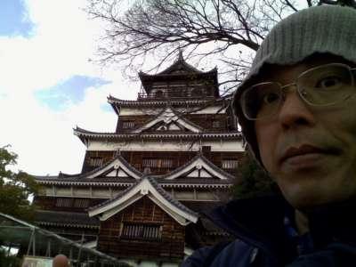 広島城 天守(外観復元)前で自撮り