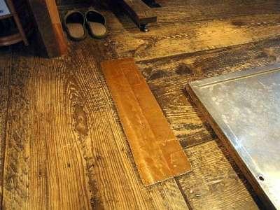 松江城 天守の床の銅板修理痕