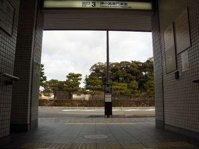 地下鉄出口から見た二条城