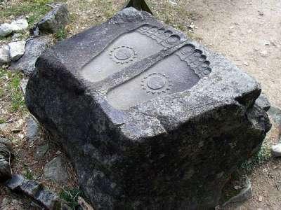 安土城 仏足石