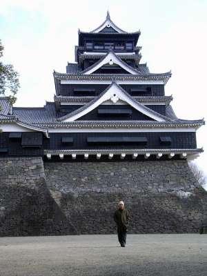 熊本城天守前にて。