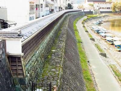 肱川沿いの塀
