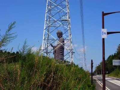 牛久大仏と送電鉄塔