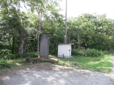 雨量観測所と石碑
