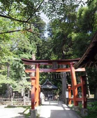 戸ノ口洞窟(流出口)そばの会津厳島神社