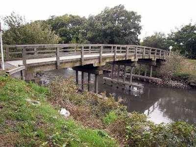 木製橋(橋脚はコンクリート製)
