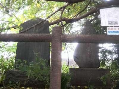 引又河岸の碑