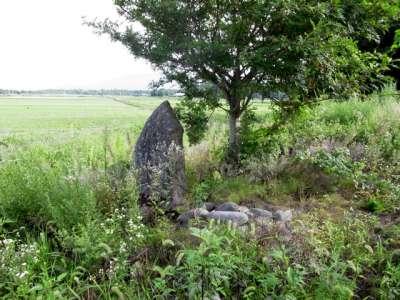 墓だか石碑だか